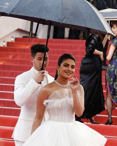 Nick Jonas holds the umbrella for Priyanka Chopra at Cannes Film Festival 2019 red carpet. Bride Reception Dresses, Wedding Dresses, Priyanka Chopra Dress, Looking Dapper, Famous Couples, Nick Jonas, Bollywood Actors, Cannes Film Festival, Celebrity Dresses