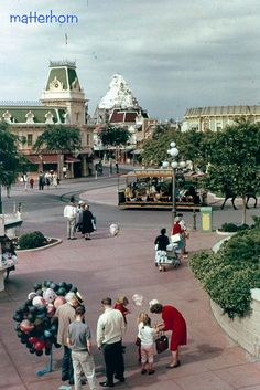Vintage Disneyland, Town Square.  Notice there are hardly any people there!!!!