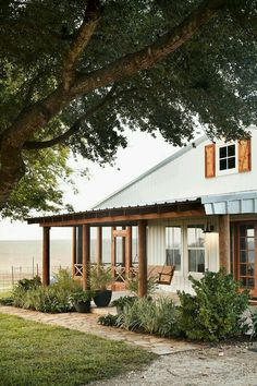 The modern farmhouse style isn't just for rooms. The farmhouse exterior design totally reflects the whole style of the home and the family tradition also. Farmhouse Front Porches, Modern Farmhouse Exterior, Rustic Farmhouse, Farmhouse Style, Farmhouse Design, Farmhouse Landscaping, Farmhouse Ideas, Texas Landscaping, Country Porches