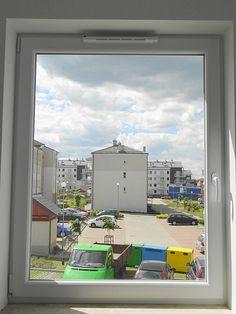 dobrze doświetlone pomieszczenia lokali z dużymi oknami (firmy Bertrand), które dają poczucie komfortu i wygody użytkowania  (również w łazience!!!).
