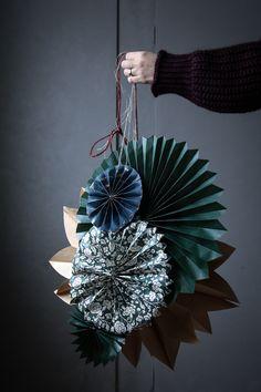 DIY: Enkel julstjärna - Lovely Life Cozy Christmas, Diy Christmas Gifts, Handmade Christmas, Christmas Ornaments, Paper Christmas Decorations, Christmas Paper, Star Diy, Christmas Planning, Paper Crafts