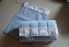 Vi è nato un nipotino, oppure una cara amica ha avuto una bella bimba. Ecco un simpatico fasciatoio da viaggio…… Potete impreziosirlo con bordi, inserti di stoffe in contrasto e fettuccie particolari per la chiusura. Little Girl Dresses, Little Girls, Picnic Blanket, Outdoor Blanket, Baby Crafts, Shabby, Crochet, Creative, Bella