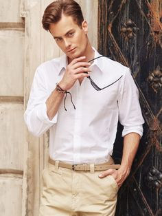 Classic and timeless styling from Bolf for hot days. A white shirt and beige chino trousers are an amazing match-up. Moreover, a pair of sunglasses and a trendy men's bracelet with straps and beadings provide this look with a bit of a nonchalance look.