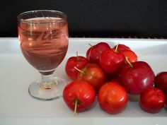 Licor de acerola - Source by taniabueno Acerola, Homemade Liquor, Cocktail, Beverages, Drinks, Chef Recipes, Coco, Food And Drink, Banana
