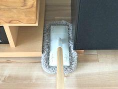 お掃除グッズに無印良品のモップはいかがですか? . 片づけや掃除のプロにも愛用者の多い、無印良品のグッズ。 なかでもライフオーガナイザーの萩美規子さんは、無印良品のフローリングモップに出合ってから、ほかの#床掃除 グッズが必要なくなるほど愛用しているのだとか。 なにがどう便利なのか、詳しく伺いました。 Muji, Diy Hacks, Clean Up, Organization Hacks, Housekeeping, Clean House, My House, Storage, Interior