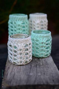 como hacer un portaretrato a crochet - Buscar con Google Crochet Jar Covers, Crochet Case, Love Crochet, Crochet Gifts, Crochet Decoration, Crochet Home Decor, Mason Jar Crafts, Mason Jars, Mug Cozy