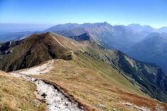 Pod nazwą tą faktycznie kryją się aż cztery szczyty: Kopa Kondracka (wysokość 2005 m n.p.m.), Małołączniak (2096 m), Krzesanica (2122 m) i Ciemniak (2096 m). Położone są one obszarze tak zwanych Tatr Zakopiańskich, czyli tego pasma górskiego, które znajduje się najbliżej Zakopanego.Ci, którzy mieli okazję zdobyć Czerwone Wierchy są zgodni co do jednego: o bardziej malownicze widoki (przy naprawdę niewielkim nakładzie sił), w całych Tatrach po polskiej ich stronie szalenie trudno.