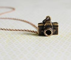 Tiny Camera Necklace thats super cute Cute Jewelry, Jewelry Box, Jewelry Accessories, Jewlery, Charm Jewelry, Bling Bling, Tiny Camera, Camera Necklace, Girls Best Friend