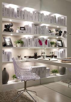 Usados como revestimento de parede, os espelhos ajudam a aumentar a amplitude do espaço. Veja 10 dicas para decorar com espelhos no WebCasas: http://www.webcasas.com.br/revista/materia/decoracao/202/10-dicas-para-decorar-com-espelhos/
