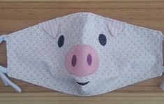 Máscara de tecido de Bichinhos - Porco no Cool Patterns, Quilt Patterns, Sewing Patterns, Crochet Patterns, Small Sewing Projects, Sewing Crafts, Mascara Tutorial, Face Masks For Kids, Funny Face Mask