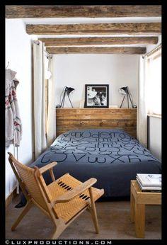 Une chambre étroite comme dans un gîte, mais confortable et moderne.http://www.maison.com/architecture/portraits/camille-hermand-architecte-ecoute-7580/galerie/34565/
