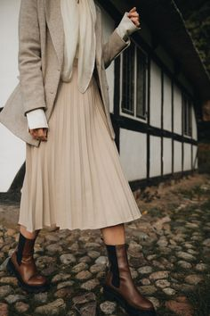 Plisseeröcke sind zu echten Klassikern geworden, mit denen man zu jeder Jahreszeit Stilsicherheit und Trendbewusstsein beweist. Unser ayen Modell mit beige/cremefarbenem Hahnentrittmuster hat eine leichte A-Linie und sitzt dank des hohen Bundes bequem in der Taille und macht eine tolle Figur. #ayenlabel #plisseerock #herbstlook #wintertrends Rock Outfits, Midi Skirt, Beige, Skirts, Fashion, Rock Clothing, New Looks, Styling Tips, Fashion Trends