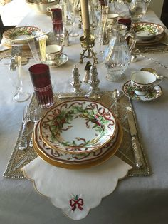 26 Best Ideas for party decorations tea place settings Christmas Table Settings, Christmas Tablescapes, Christmas Centerpieces, Holiday Tables, Christmas Decorations, Christmas China, Christmas Dishes, Christmas 2015, Christmas Place