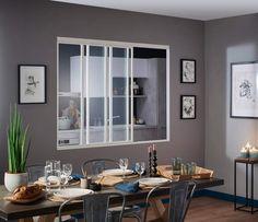Verrière passe-platVersion passe-plat. Hyperastucieuse, cette verrière mobile est installée dans le mur cloison entre la cuisine et la salle à manger. Grâce aux structures vitrées qui coulissent sur des rails de guidage métalliques, elle s'ouvre à volonté. En acier blanc et verre. Modèle « Créative », Lapeyre, 1082 € (hors pose) en l 134 x H 120 cm.