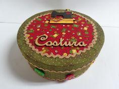 Caixa redonda em MDF, forrada em tecido, decorada com sianinhas, botões, apliques em MDF e flores de feltro.  É util para guardar miudezas como botoes , fitas, linhas, etc e decorar seu cantinho de costura. R$ 45,00