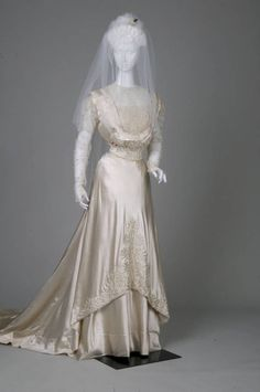 Wedding gown, circa 1909, via Chicago History Museum.