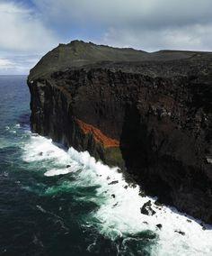 Islandia 02 Surtsey  Situada a unos 32 kilómetros al sur de la costa islandesa, Surtsey es una nueva isla creada por las erupciones volcánicas que se produjeron entre 1963 y 1967. Su característica más notable estriba en el hecho de que ofrece al mundo un laboratorio natural intacto por haber sido protegida desde que emergió de las aguas.