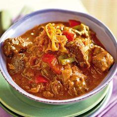 Während der langen Schmorzeit verbindet sich der Geschmack von Fleisch, Sauerkraut und Paprika zu einem perfekten Wintergericht.