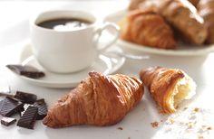 Śniadanie we  francuskim stylu. Croissanty i kawa #intermarche #TydzienFrancuski #croissanty Croissant, Dairy, Sweets, Cheese, Collection, Food, Gummi Candy, Candy, Essen