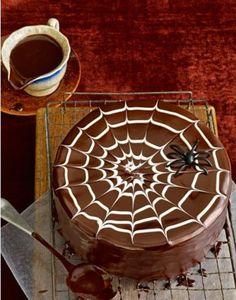 Un gâteau avec un glaçage chocolat et blanc, sur lequel on pose simplement une araignée, accessoire qui va amuser (pour une fois) les enfants à Halloween !