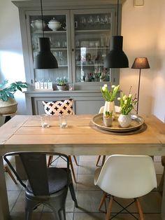 Mein Lieblingsplatz in der Wohnung ist definitiv an unserem Esstisch. Wenn dann noch die Sonne scheint, freue ich mich besonders!