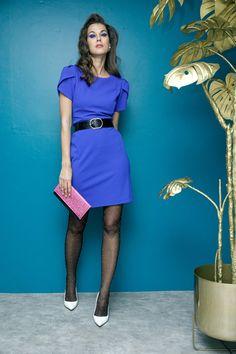 Vestido azul rey Ronni Nicole, medias negras con puntos Oroblu y puntas blancas Steve Madden.