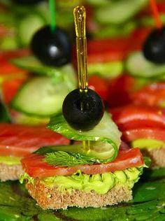 Канапе — это маленькие закусочные бутерброды на необжаренном хлебе (черном и белом), печенье, рогаликах, слоеной выпечке.