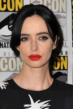 Reflective Raven  Creating a gorgeous contrast on fair-skinned ladies like Krysten Ritter, a cool black shade automatically makes hair look glossier. Autumn Hair Colour 2018, Hair Color 2018, Fall Hair Colors, Cool Hair Color, Jessica Jones Netflix, Krysten Alyce Ritter, Buttery Blonde, Nail Trends 2018, Fresh Hair