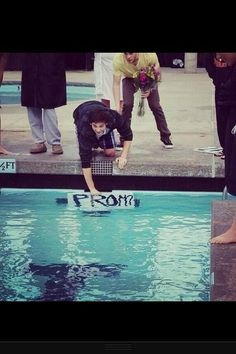 This boy asked this girl to the prom by putting a sign in the pool during the last lap of the 500 meters at her swim meet. I'm gonna date a swimmer before prom just so I can ask them this way! Swimming Memes, Keep Swimming, Swimming Funny, Cute Prom Proposals, Formal Proposals, Homecoming Proposal, Asking To Prom, Waterpolo, Swimmer Problems