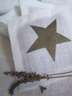 bonne idee pour remettre au gout du jour les sachets de lavande Lavender Bags, Lavender Sachets, Glitter Stars, Silver Stars, Christmas Night, Xmas, Diy Cadeau, Counting Stars, Jute Bags