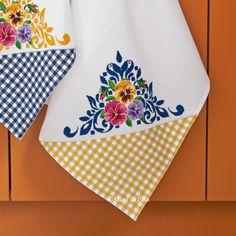 Strofinaccio confezionato in tela aida con angolo in tessuto a quadretti da ricamare a punto croce. Piccanello per appenderlo. Made in Italy.