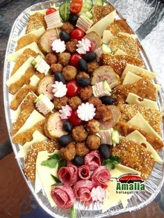 Aperitive reci - idei de platouri aperitive Party Platters, Food Platters, Appetizer Recipes, Appetizers, Food Presentation, Food Design, Finger Foods, Fruit Salad, Food Art
