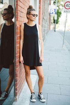 Simplissime avec une petite robe noire et une paire de Converse.