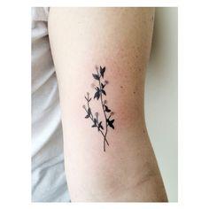 Tatuagem delicada de flor feminina
