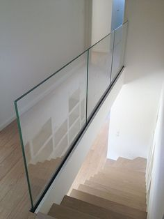 Trescalini - Raily clear glass railing, tempered glass double stratification with lateral fixation rail and bottom cover in painted steel.Our glass railings are available with two different systems : Glassy and Raily. The Glassy is a stainless. Glass Handrail, Frameless Glass Balustrade, Glass Stairs, Stair Handrail, Staircase Railings, Banisters, Staircases, Railing Design, Staircase Design