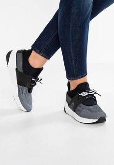 Timberland. KIRI CHUKKA - Baskets basses - black/white. Semelle de propreté:synthétique. Semelle d'usure:matière synthétique. Dessus / Tige:cuir synthétique / textile. Fermeture:laçage. Doublure:textile. Bout de la chaussure:rond. Forme du talon:plat. É...