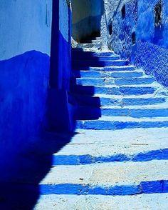 Essa escada fica em Chefchaoen no Marrocos. A cidade é todinha pintada de azul dá pra acreditar? Que fica lindo nós conseguimos perceber pela foto mas existe uma razão para ela ser assim (que nada tem a ver com a estética!). A tradição começou quando os judeus exilados foram para a cidade. Eles decidiram pintar as casas de azul como um lembrete de que Deus está a cima de todas a coisas. Bonito né?
