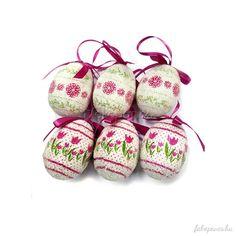Húsvéti barka dekorációnkat feldobhatjuk egy-egy akasztós húsvéti tojással is, színben akár a világos, tulipán- és virág mintás tojások kimondottan mutatósak lehetnek! Christmas Ornaments, Holiday Decor, Christmas Jewelry, Christmas Decorations, Christmas Decor