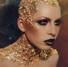 Metallic smokey eye and lips with gold flakes glued to bald cap - Metallic smokey eye and lips with gold flakes glued to bald cap - Fantasy Make Up, Fantasy Hair, Make Up Looks, Gold Makeup, Eye Makeup, Fairy Makeup, Mermaid Makeup, Makeup Art, Makeup Inspo