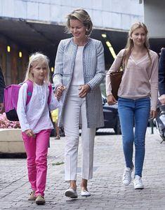 Matilde de Bélgica optó por un abrigo estampado en tonos azul y blanco, que…