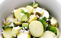 Perunasalaatti rucolan ja avokadon kera;         Neljälle:     1 kg uusia perunoita     4 avokadoa     200 g rucolaa     1 punasipuli     ½ dl limettimehua     1 dl oliiviöljyä     suolaa ja mustapippuria