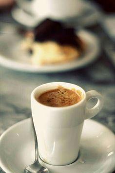 Un bon café pour démarrer une bonne journée ! I Love Coffee, Coffee Art, Coffee Break, My Coffee, Coffee Drinks, Morning Coffee, Coffee Cups, Coffee Maker, Sweet Coffee