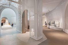 OMA . Manus x Machina . New York (20) installatie museum mode wit lichtinval koepel rondgang nissen geperforeerd screen translucent interieur