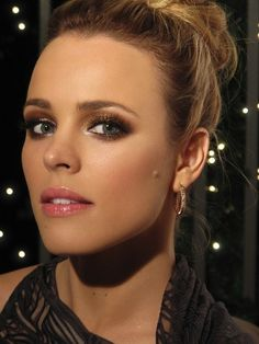 Rachel McAdams wears a bronze makeup to pair her look. She makes her eyes shine brightly with the smoky and shiny eye shadow. She also uses the orange blush to highlight her beautiful face. What's more, she applies the pink lipgloss to her lips to pair the bronze look.