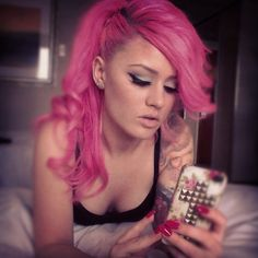 Love the style of her pink hair x
