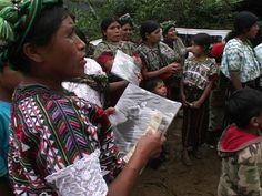 En Guatemala, la sistemática represión a los pueblos indígenas provocó un cruento conflicto armado entre 1960 y 1996 que dejó más de 200.000 muertos, en su mayoría mayas. En un contexto de miedo y amenazas, el fotógrafo Miquel Dewever-Plana trabajó durante años documentando el proceso de exhumación y recogiendo el testimonio de numerosas víctimas que hoy forman parte del libro http://www.losionline.com/la-verdad-bajo-la-tierra-guatemala-el-genocidio-silenciado-miquel-dewever-plana.html