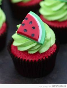 How to Make Watermelon Cupcakes. Summer is here and it's time to have watermelon. cupcakes that is ;) Check out this fun and easy recipe for bright, summery cupcakes! Cupcakes Design, Cupcakes Cool, Cute Cakes, Fondant Cupcakes, Cake Designs, Fondant Icing, Cookies Cupcake, Popcorn Cupcakes, Cupcakes Decorados