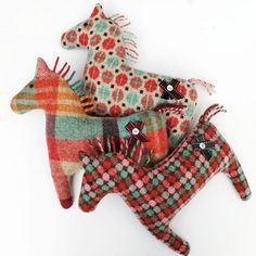 sew sewing horde horses, fabric, Vintage style horse plushie toys , perfect for preschoolers - sy syning heste hest Won it at the school spring fling!Inspiring DIY project for those of you who like vintage toys and this specific 'dusty' look. Sewing Toys, Sewing Crafts, Sewing Projects, Sewing Stuffed Animals, Stuffed Animal Patterns, Handmade Stuffed Animals, Softies, Plushies, Felt Crafts