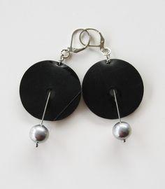 Örhängen i gummi och aluminium. Rubber earrings with aluminium beads