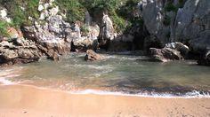 A primeira coisa que avistamos quando sequer pensamos em praia é o mar e as ondas que vêm junto com ele. Acontece que próximo a cidade de Llanes, na Espanha, existe a praia de Gulpiyuri, que conta com tudo o que tem direito, exceto a ligação direta com o oceano, fazendo com que ela seja única.